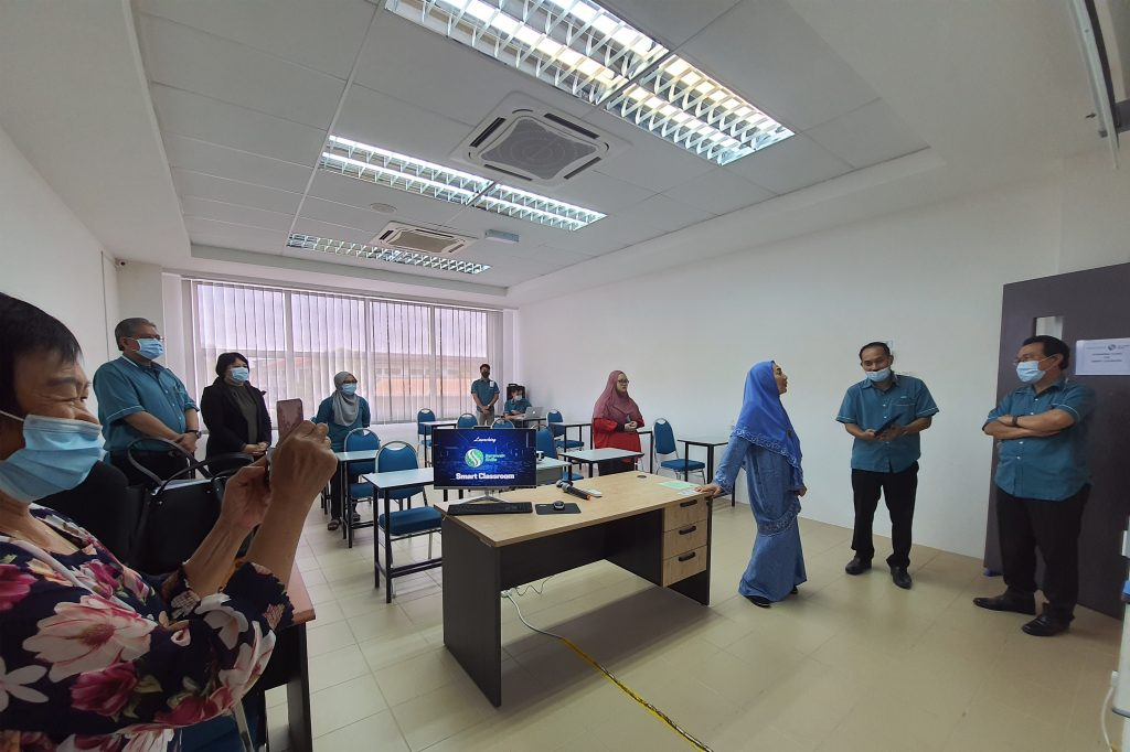 Dato Hajjah Maznah binti Dasmi (third right) being briefed by Mr. John Rizal, Campus Director of Sarawak Skills Kuching on the functions of the Smart Classroom.