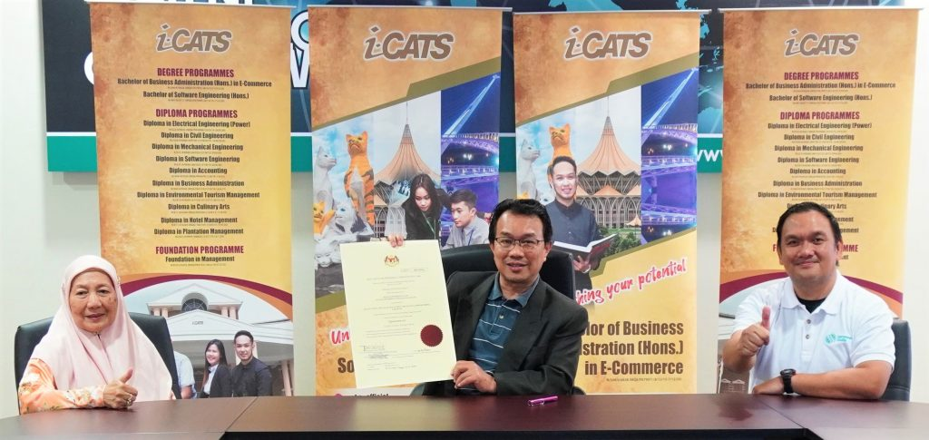 Mr. Hallman Sabri (Centre) showing the University College licence issued by the Ministry of Higher Education Malaysia.